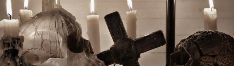 Deux crânes et une croix